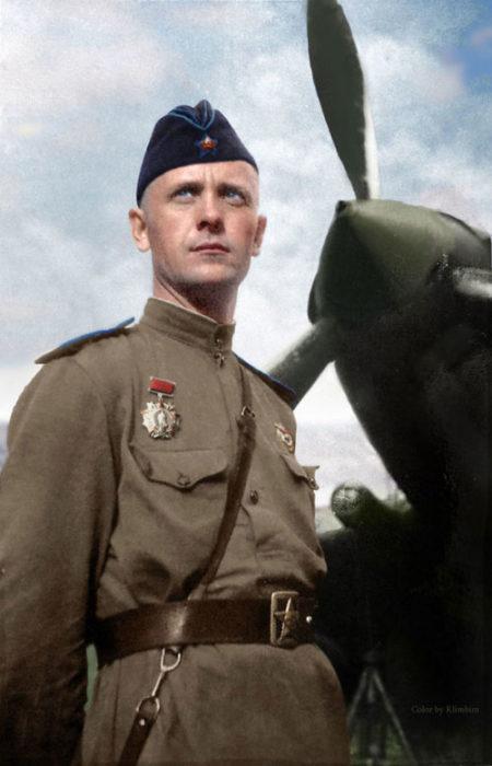 Командир ескадрильї 6-го окремого гвардійського штурмового авіаполку капітан Іван Олександрович Мусієнко (1915-1989) у штурмовика Іл-2.